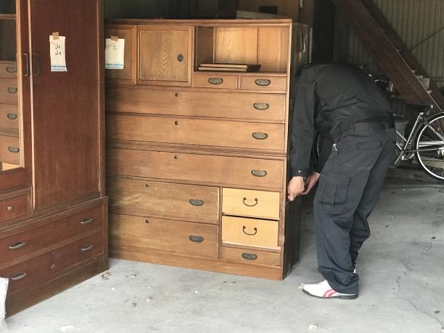 相続した家に家具が大量に残っている場合はどうする?